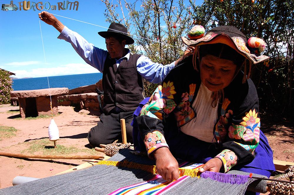 familia tejiendo en Llachón Perú