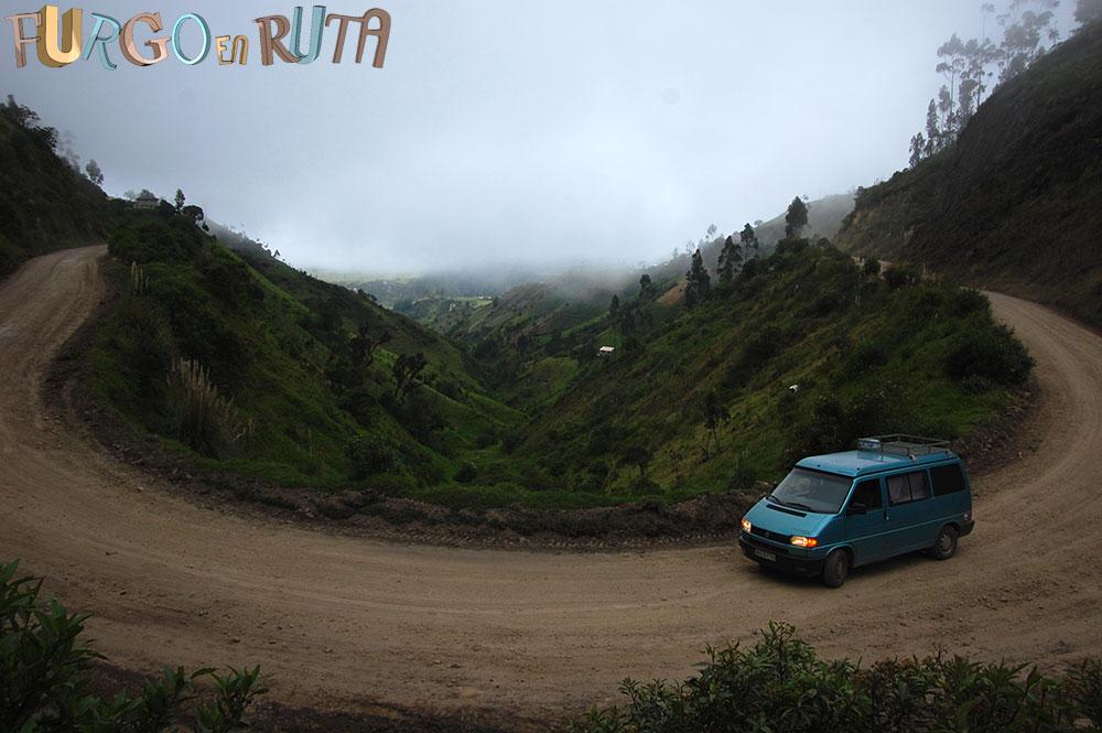 Circuito Quilotoa : Bajando al cráter del quilotoa furgo en ruta