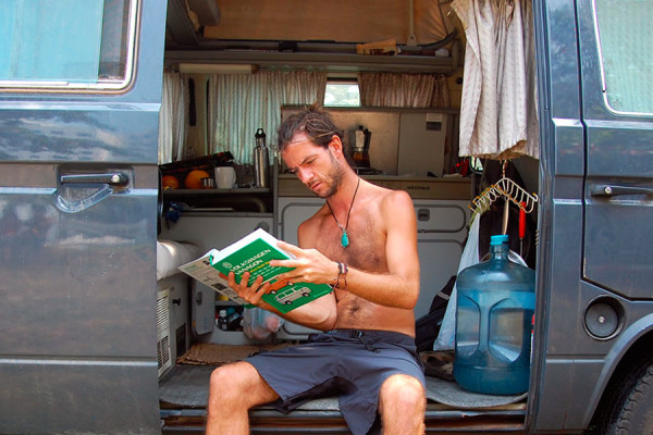 Esteve revisa el manual de su Volkswagen T3 en Cartagena