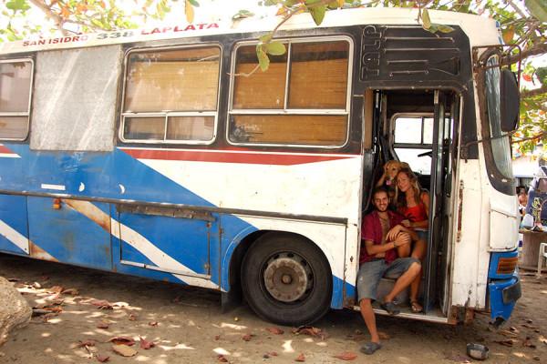 Martín y Diane en su autobús vivienda