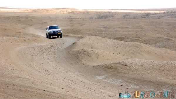 Vehículo recorre las carreteras de la Alta Guajira