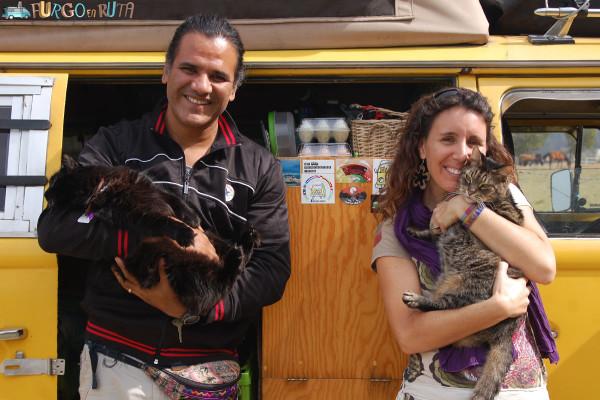 Carlos y Eva, con dos de sus tres gatos.