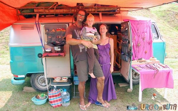 Sandrine y Russ, pareja de viajeros anglofrancesa, en el festival rodante