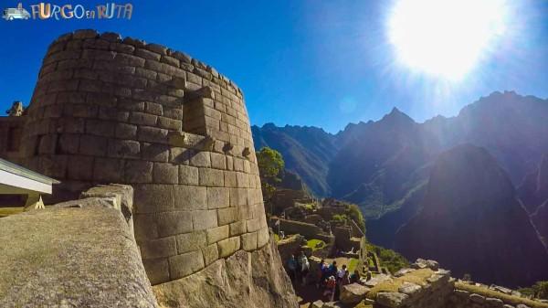 El sol sale en el Machu Picchu.