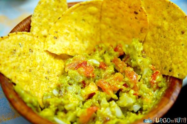 Guacamole con nachos preparados en la Saioneta
