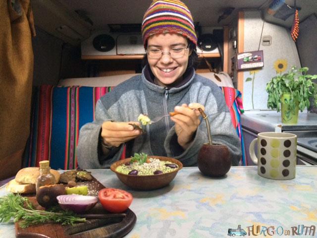 Marta disfruta de un guacamole y un mate en la Saioneta, con tortillinas de harina de cañihua.