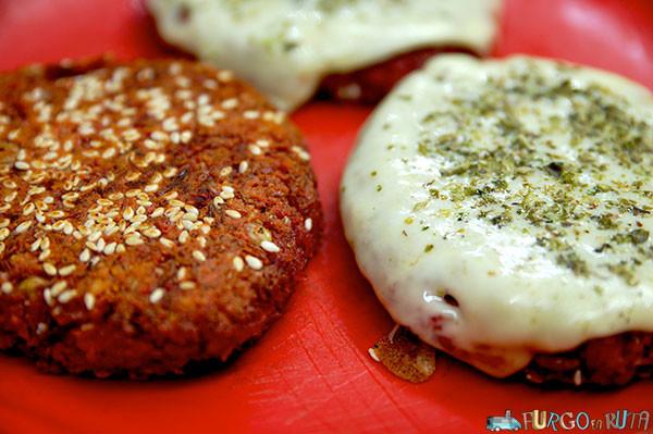 Hamburguesas de lentejas con sésamo y queso opcional.