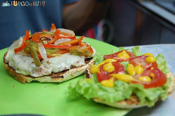 Hamburguesa de lentejas al pan con verduras.