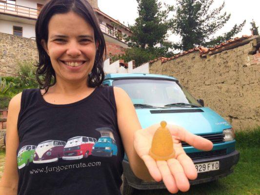 Marta, de Furgo en ruta, con su copa mensutral
