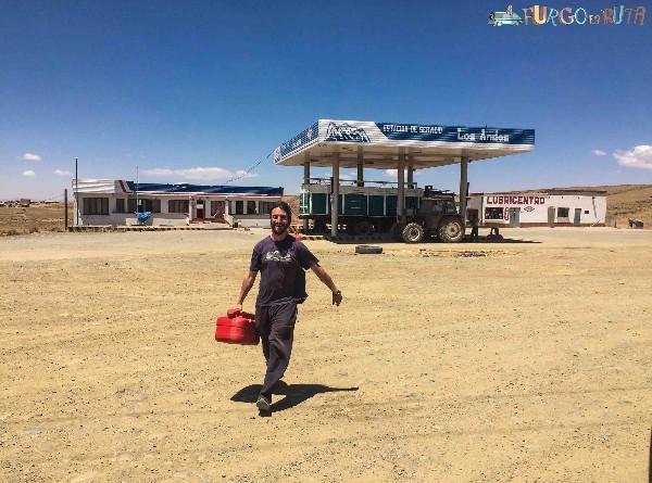 Cargando diesel en una gasolinera de Bolivia