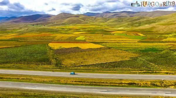 Rutas de Bolivia: Recorremos la carretera que une Oruro con la Paz,rodeados de cultivos de quinoa.