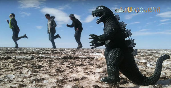 Bolivia un país diferente: Jugando con dinosaurios en el salar de Uyuni.