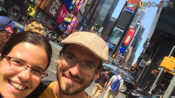 Conociendo Times Square en nuestra escala larga en Nueva York