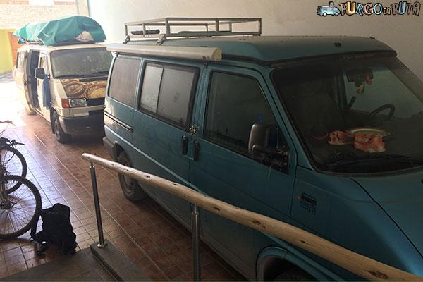 Durante el tiempo que pasamos en Barcelona tuvimos que dejar el vehículo en Perú, en este aparcamiento de un hotel de Ica
