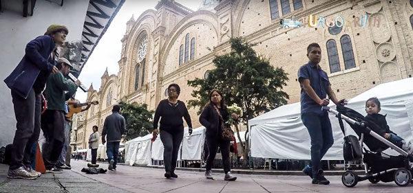 Tocando música callejera frente a la catedral de Cuenca, Ecuador