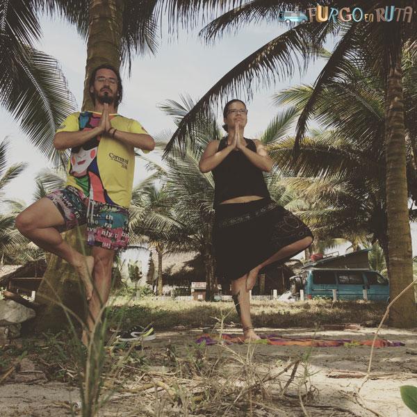 Haciendo yoga en Canoa, Manabí, Ecuador