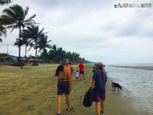 Paseando por la playa de Portete, en Mompiche.