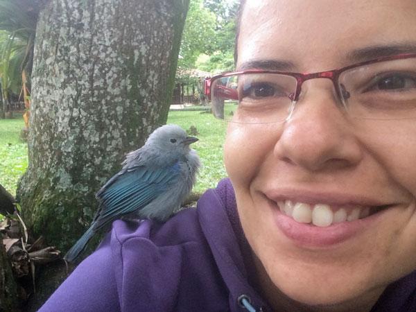 Marta con Blau, el mensajero alado