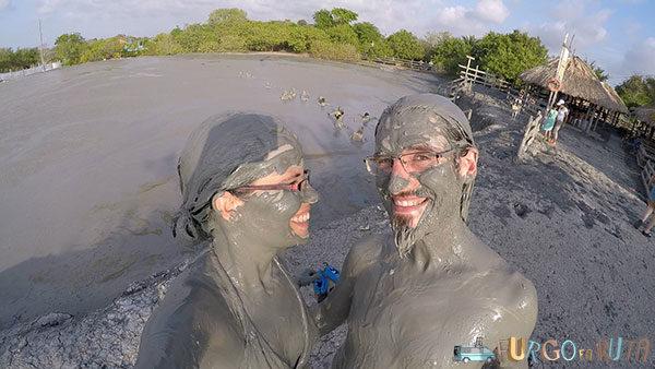 Embarrados hasta la coronilla tras un buen baño en el volcán de lodo de Arboletes