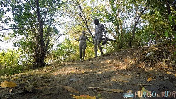 Paseando como estatuas de barro vivientes por los alrededores del volcán de lodo de Arboletes