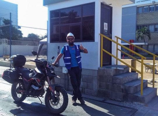 un ángel por el mundo y su moto