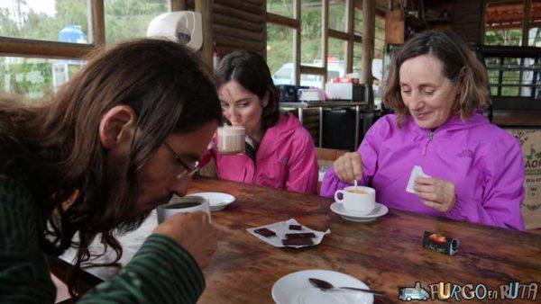 Tomando café en el Café Orgánico de Costa Rica