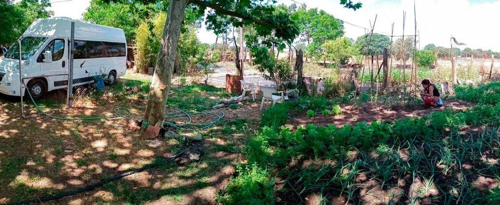 Marta trabaja la tierra en el huerto que hemos montado durante nuestro confinamiento en furgo.
