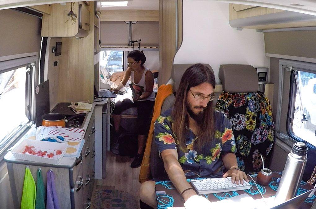 Trabajando durante el confinamiento en furgo, Marià en el comedor y Marta en la habitación.