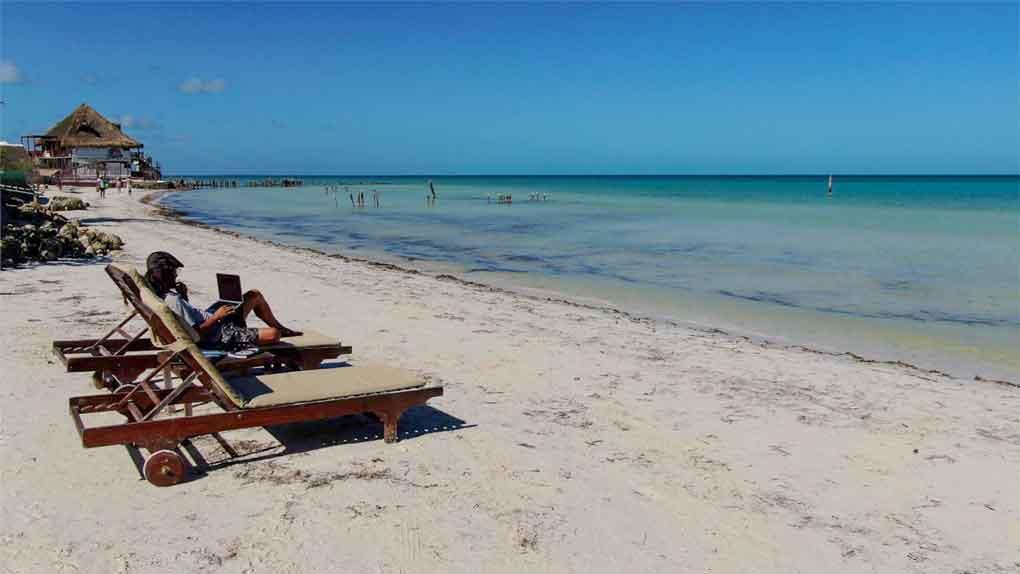 Trabajando frente al mar en la isla de Holbox México